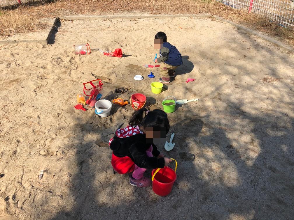 公園の砂場で遊ぶ娘と長男