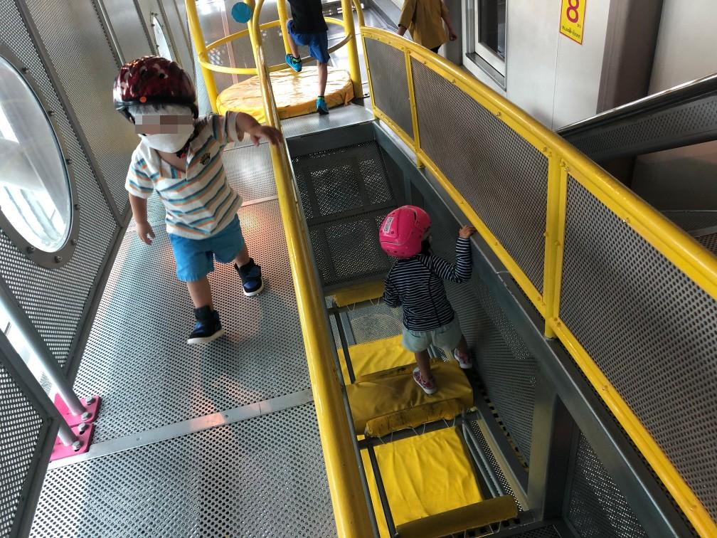 ビッグバンの遊具の塔を楽しむ子供達